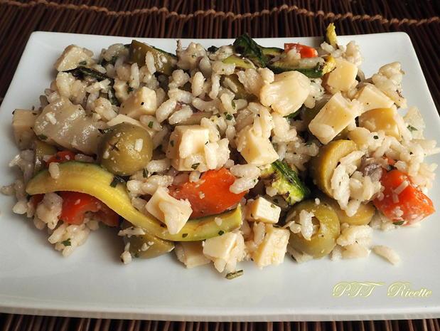 Insalata fredda di riso con zucchine, sottaceto, olive e formaggio