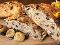 Pane con fichi secchi, noci e uvetta