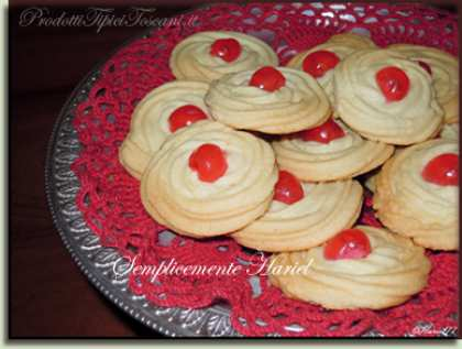 Biscotti di frolla montata con ciliegina