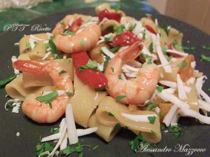 Calamarata con peperoni, mazzancolle e ricotta salata