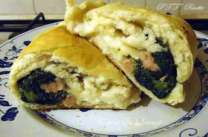 Calzoni al forno con broccoli, salsiccia e mozzarella