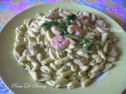 Cavatelli con crema di asparagi e gamberi