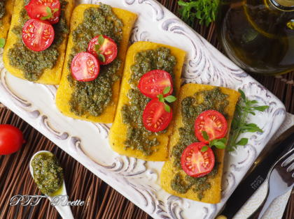 Crostini di polenta con pesto e pomodorini