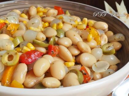 Insalata di fagioli con mais, olive, cipolline sottaceto e peperoni in agrodolce