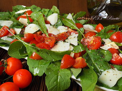 Insalata di rucola, pomodorini e scaglie di parmigiano