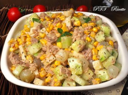 Insalata di tonno, cetrioli, mais, formaggio e cipolline sottaceto