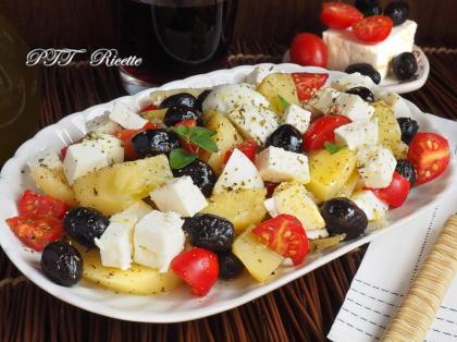 Insalata fredda con patate, feta, olive, uova e pomodorini