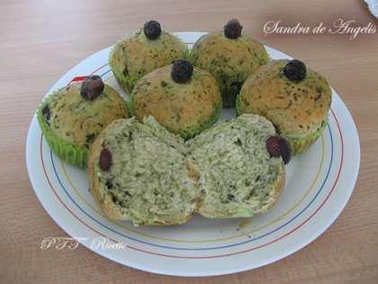 Muffin salati con cicoria di campo, olive e pinoli