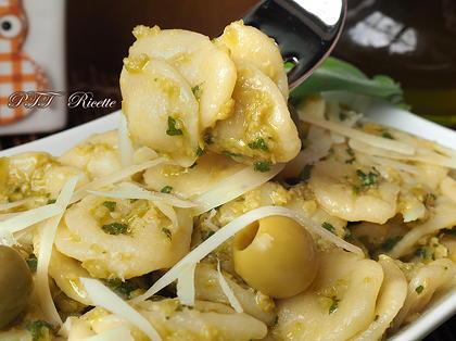 Orecchiette con pesto di salvia e olive
