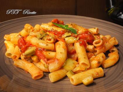 Pasta con fresco sugo di pomodorini e zucchine