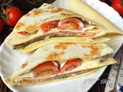 Piadina a portafoglio con prosciutto crudo, formaggio Gouda e pomodorini