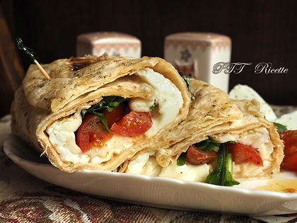 Piadina uova e mozzarella, con pomodorini e rucola