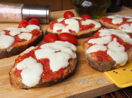 Pizzette di pane, pomodoro e mozzarella