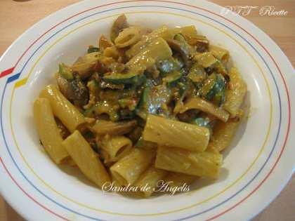 Tortiglioni con funghi, zucchine e nocciole