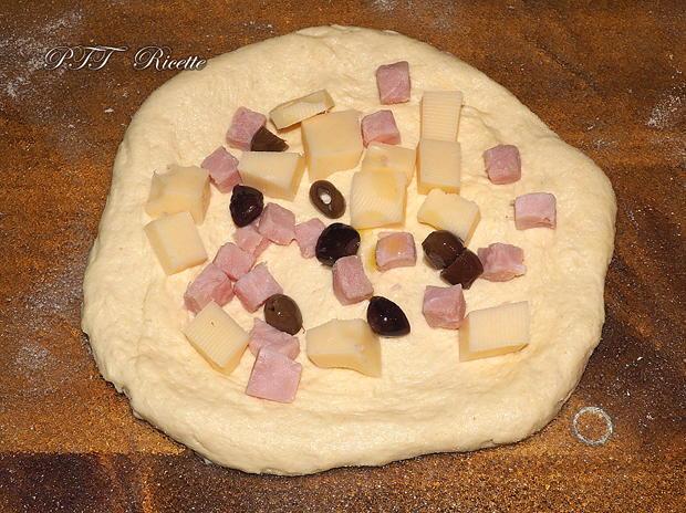 Panini di semola con cubetti di prosciutto, emmental e olive 10