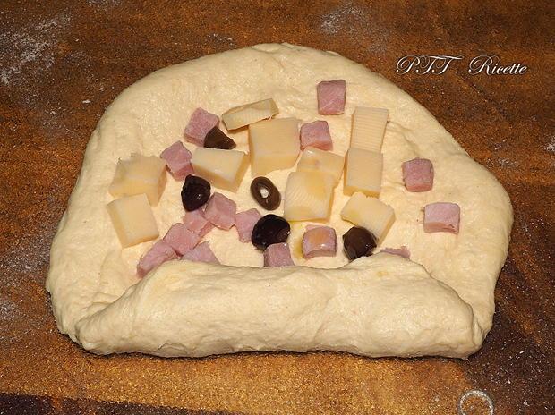 Panini di semola con cubetti di prosciutto, emmental e olive 11