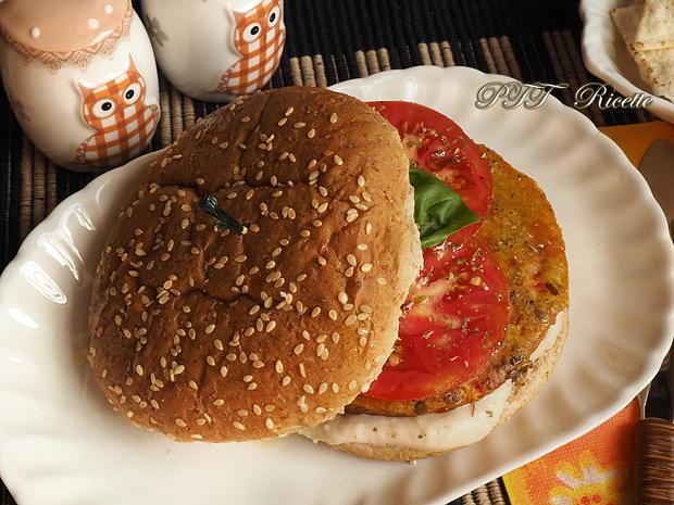 Panino con burger vegetale, crema di fagioli e pomodoro 4