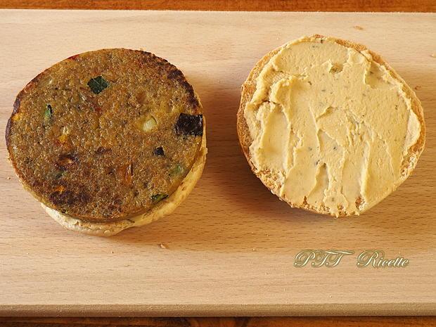 Panino con burger vegetale e crema di ceci 3