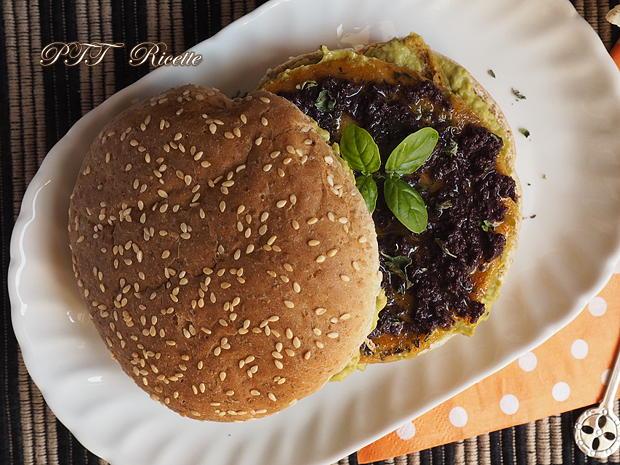 Panino con burger vegetale e crema di piselli alla nepitella 6