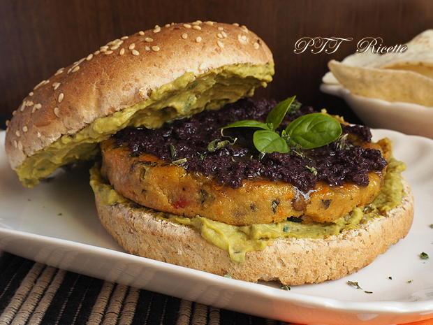 Panino con burger vegetale e crema di piselli alla nepitella