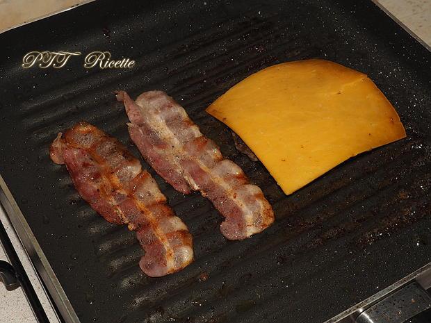 Panino con hamburger, bacon e avocado 2