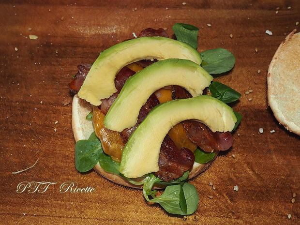 Panino con hamburger, bacon e avocado 4