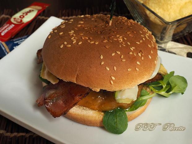 Panino con hamburger, bacon e avocado 6