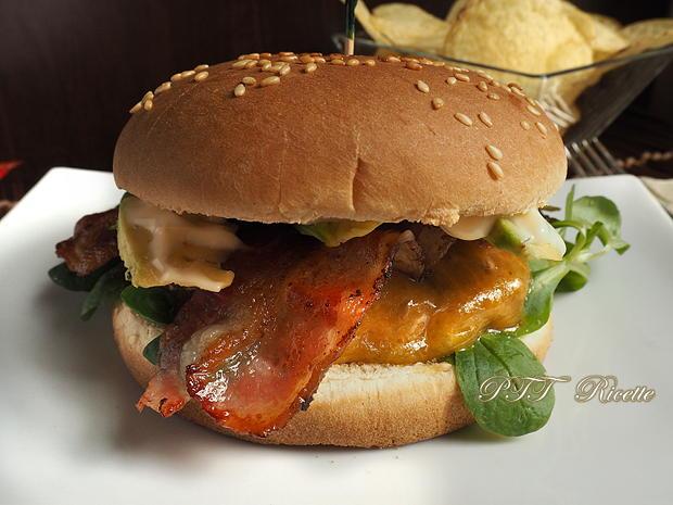 Panino con hamburger, bacon e avocado