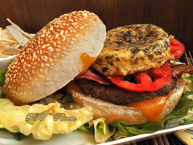 Panino con hamburger di tacchino, bacon e frittatina 10