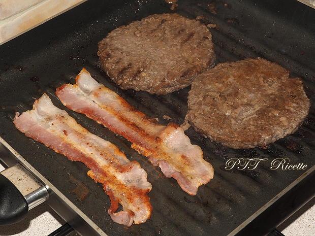 Panino con hamburger di tacchino, bacon e frittatina 4