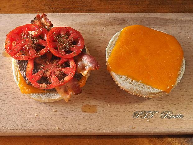 Panino con hamburger di tacchino, bacon e frittatina 6