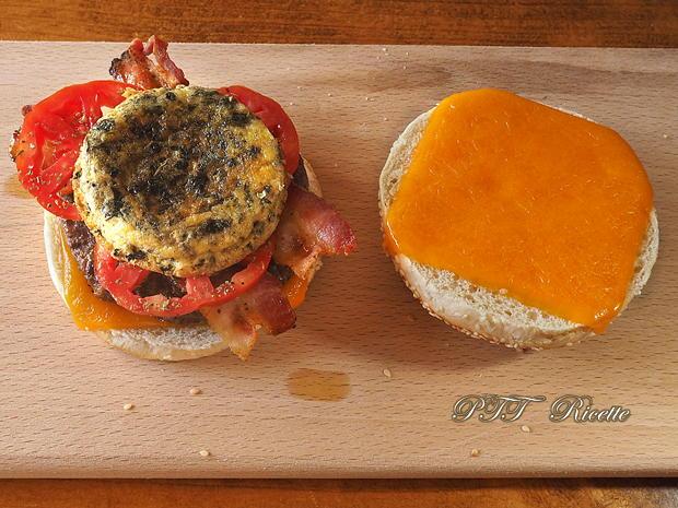 Panino con hamburger di tacchino, bacon e frittatina 7