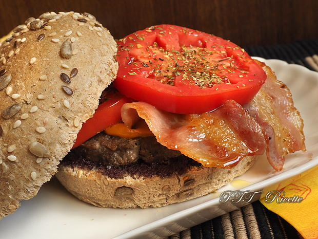 Panino con hamburger, paté di olive e pomodoro 10