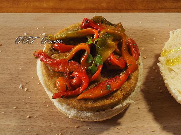 Panino con hamburger vegetale e peperoni arrostiti 2
