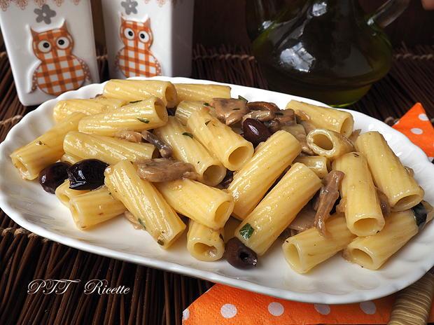 Pasta con funghi porcini e olive nere