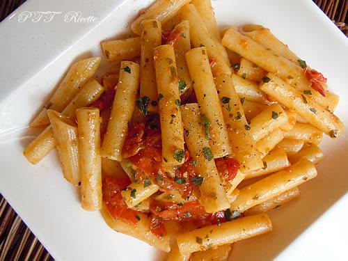 Pasta con sughetto di pomodorini e acciughe 1