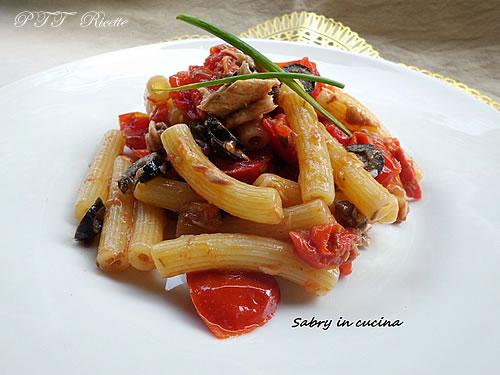 Pasta con sugo fresco, sgombro ed olive