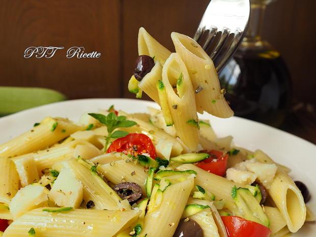 Pasta fredda con zucchine, olive e pomodorini 2