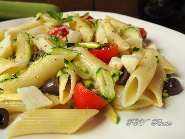 Pasta fredda con zucchine, olive e pomodorini 3
