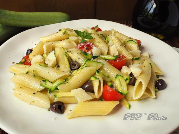 Pasta fredda con zucchine, olive e pomodorini