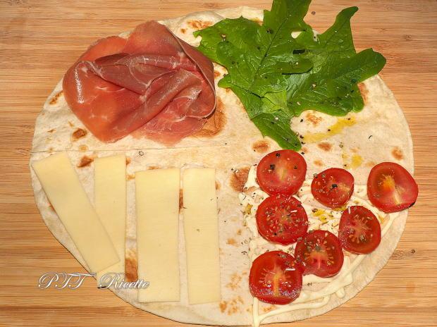 Piadina a portafoglio con prosciutto crudo, formaggio Gouda e pomodorini 6