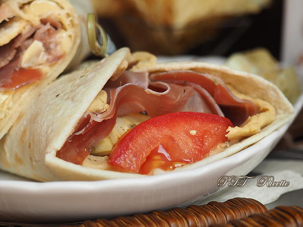 Piadina con prosciutto crudo, crema di ceci, pomodori e carciofini 6