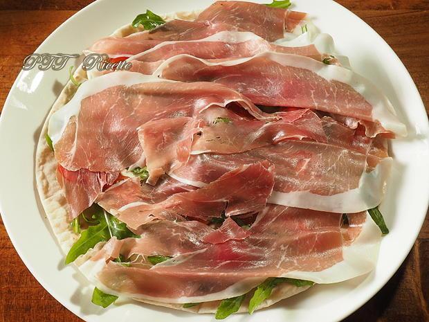 Piadina con prosciutto crudo, stracchino, pomodorini e rucola 3