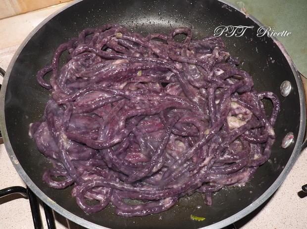 Pici viola con crema di grana e salvia 3