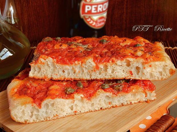 Pizza a lunga lievitazione con pomodoro, capperi e acciughe 2
