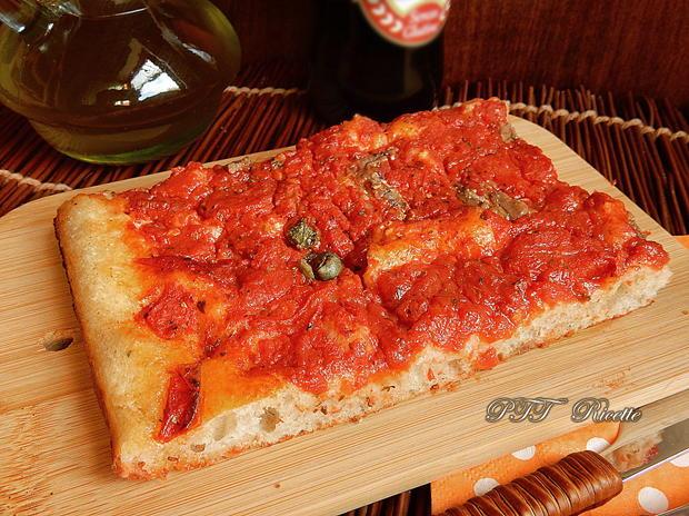 Pizza a lunga lievitazione con pomodoro, capperi e acciughe 3