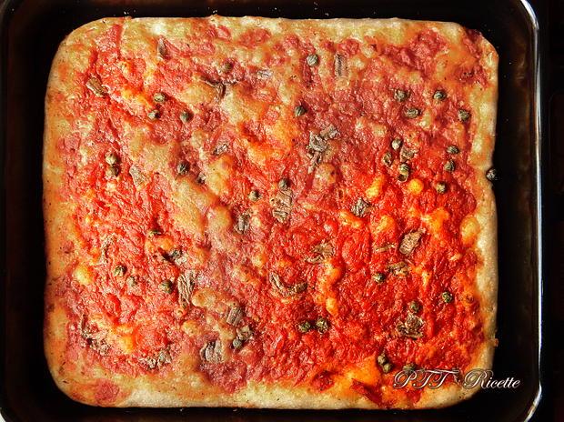 Pizza a lunga lievitazione con pomodoro, capperi e acciughe 5