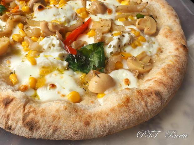 Pizza gustosa con melanzane e funghi sottolio, mais e ricotta 14