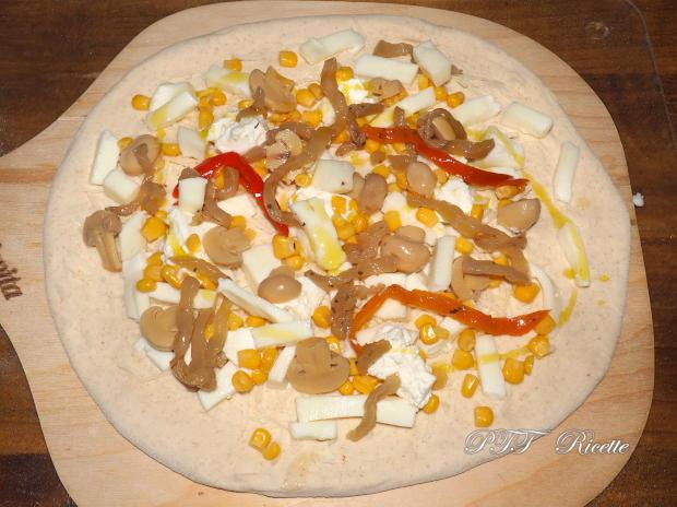 Pizza gustosa con melanzane e funghi sottolio, mais e ricotta 8