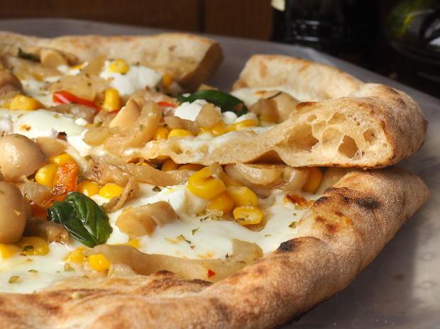 Pizza gustosa con melanzane e funghi sottolio, mais e ricotta 9